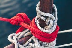 Rep i olika färger som binds på den främre yachten Arkivfoton