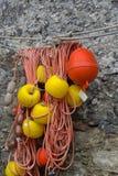 Rep med flöten som binder fartyg och använt i fiskenäringhängning Arkivbild