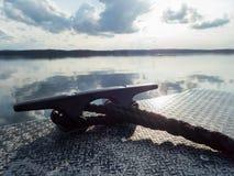 Rep och pollare av det aluminium fartyget Royaltyfri Foto