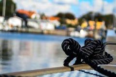 Rep på en skeppsdocka med bokeh royaltyfri foto