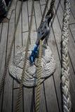 Rep på ett fartygdäck arkivbilder