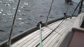 Rep på seglingyachten stock video