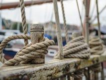 Rep på sidan av det gamla seglingskeppet Arkivfoton
