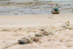 Rep som binds till en fiskebåt på stranden. Arkivfoto