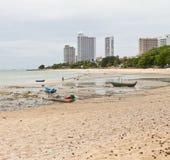 Rep som binds till en fiskebåt på stranden. Arkivbild