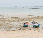 Rep som binds till en fiskebåt på stranden. Royaltyfria Bilder