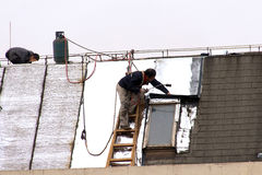 Repair the roof of the workers before the New Year Royalty Free Stock Images