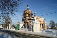 Repair to bell towers on Nikoliskom temple in Mstyore. Repair to bell towers Nikoliskogo temple in village Mstyora on background blue sky Stock Photo