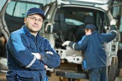 Repairman auto mechanik przy samochód usługa garażem Obraz Stock