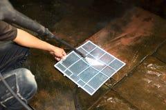 Repairman cleaning conditioner filtr z wysokość naciska wodą j Fotografia Royalty Free