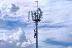 Repairman på telekommunikationtorn med antennen Arkivbilder