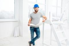 Repairman robi naprawom w mieszkaniu zdjęcie stock