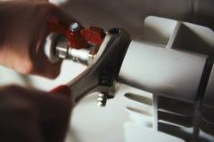 Repairman sprawdza drymby zdjęcie royalty free