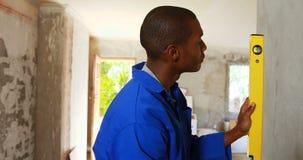 Repairman używa poziom zbiory wideo