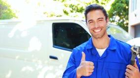 Repairman z narzędziami i aprobatami zbiory wideo