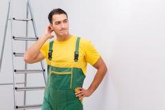 Repairmanen i overaller i diy begrepp Fotografering för Bildbyråer