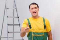 Repairmanen i overaller i diy begrepp Arkivfoton