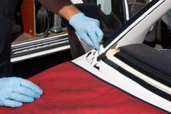 Repairmanen reparerar vindrutan av bilen Arkivfoton