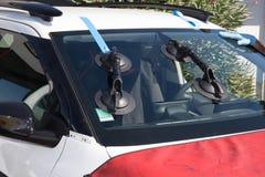Repairmanen reparerar vindrutan av bilen Royaltyfri Foto