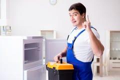 Repairmanleverantören som reparerar kylen i diy begrepp Arkivfoton