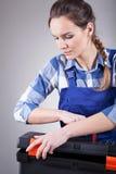 年轻repairwoman在工作 库存图片