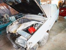 Reparação do carro velho na garagem do país Imagens de Stock Royalty Free