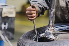 Repara la suspensión del coche del servicio del coche Foto de archivo libre de regalías