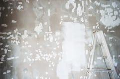 Reparación blanca para pintar con la escalera sucia el ce de la decoración Imagen de archivo libre de regalías