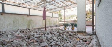"""Reparación casera Excavación del piso tejado de un †de la terraza """" imágenes de archivo libres de regalías"""