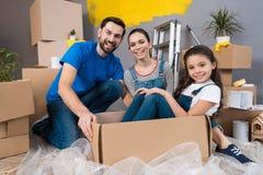 Reparación casera Familia joven móvil al nuevo apartamento Reparación en la casa para la venta Fotos de archivo libres de regalías