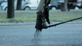 Reparación de caminos, el aying del asfalto, betún, el blacktopping, construyendo, tráfico, trabajador, HD metrajes