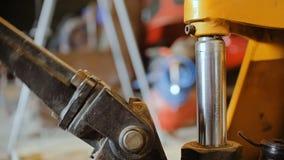 Reparación de coches en el taller de reparaciones auto almacen de video