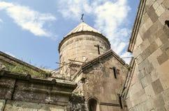 Reparación de cubiertas de piedra derrumbadas en la iglesia de la Virgen bendecida del monasterio de Goshavank, cerca de la ciuda imagen de archivo libre de regalías