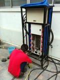 Reparación de Electriciean el gabinete del poder más elevado fotografía de archivo libre de regalías