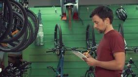 reparación de la bici de la pequeña empresa del tema almacen de video
