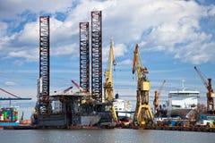 Reparación de la plataforma petrolera fotos de archivo libres de regalías