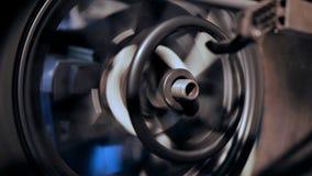 Reparación de la rueda en tienda del garaje almacen de video