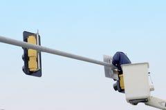 Reparación de la señal de tráfico Foto de archivo libre de regalías