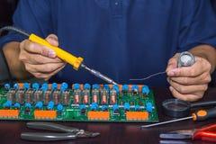 Reparación de la tarjeta de circuitos fotografía de archivo libre de regalías