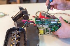 Reparación de la unidad de baja potencia del sistema de alimentación ininterrumpida en el centro de servicio fotografía de archivo