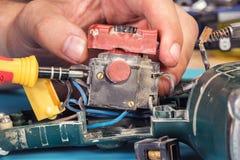 Reparación de las herramientas eléctricas en el centro de servicio imagen de archivo