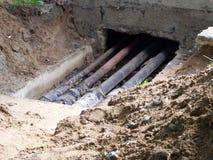 Reparación de las tuberías del abastecimiento de agua en el sótano de la casa Imagenes de archivo