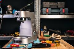 Reparación de los aparatos electrodomésticos en el centro de servicio imágenes de archivo libres de regalías