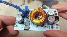 Reparación de los dispositivos electrónicos, piezas que sueldan de la lata almacen de metraje de vídeo