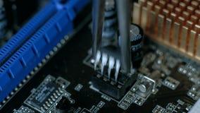 Reparación de los dispositivos electrónicos, piezas que sueldan de la lata almacen de video