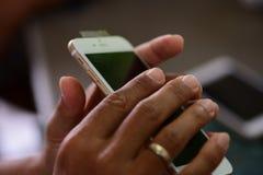 Reparación de los teléfonos móviles y de las tabletas de los técnicos expertos imagenes de archivo