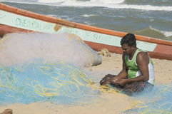 Reparación de redes de pesca Imágenes de archivo libres de regalías
