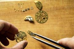Reparación de relojes mecánicos Foto de archivo libre de regalías