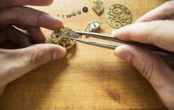 Reparación de relojes mecánicos Imágenes de archivo libres de regalías