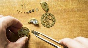 Reparación de relojes mecánicos Imagenes de archivo
